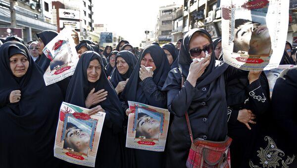 Ahvaz'daki cenaze töreninde Devrim Muhafızları kendi mensuplarının tabutlarını ve fotoğraflarını taşırken gözüyaşlı kadınlar da saldırının 4 yaşındaki kurbanı Muhammad Taha Eghdami'nin fotoğrafını açtı. - Sputnik Türkiye