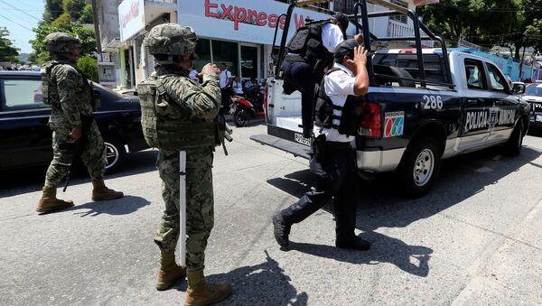 Meksikalı askerler Acapulco polis gücünü silahsızlandırıp gözaltına aldı - Sputnik Türkiye