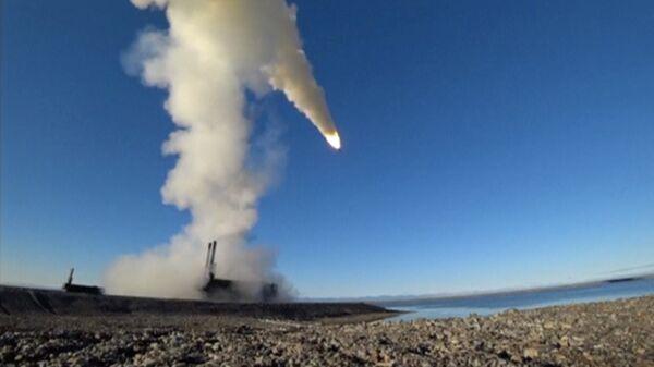 Rusya Savunma Bakanlığı, Kuzey Filosu'nun Kotelny Adası'nda düzenlediği tatbikatta, 'K-300P Bastion-P' kıyı mobil savunma sistemi için Oniks süpersonik füzeleri kullanıldı. Rusya, bunları Suriye savaşında da devreye sokmuştu. - Sputnik Türkiye