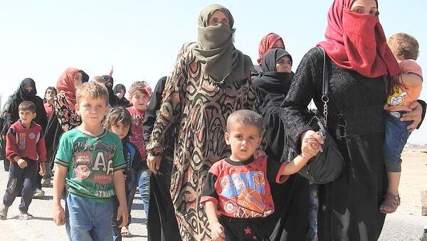 Siviller, İdlib'deki Abu Duhur  insani koridorundan çıkıyor - Sputnik Türkiye