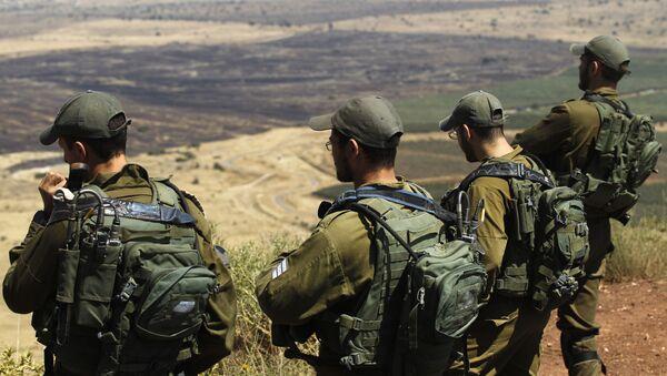 İsrail askerleri, Golan Tepesi'ndeki bir karargahtan Suriye'nin kontrolündeki Kuneytra'ya bakıyor. - Sputnik Türkiye