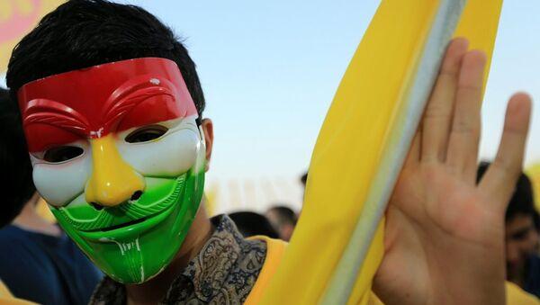Eksi IKYB Başkanı Mesud Barzani'nin bi destekeçisi, Duhok'ta yapılan seçim mitiginde maske taktı. - Sputnik Türkiye