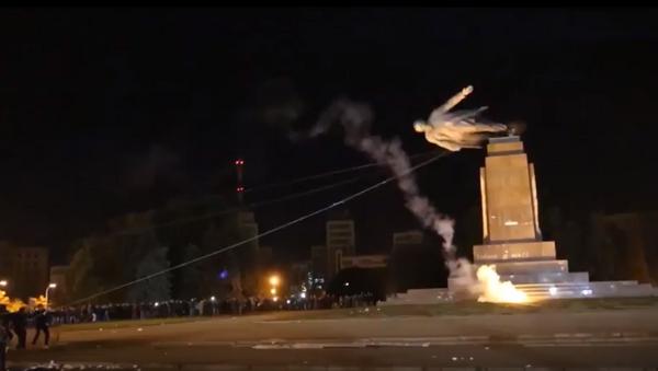 Uluslararası Af Örgütü'nün videosunda Lenin heykelinin faşistlerce yıkılma anı - Sputnik Türkiye