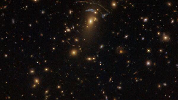Uzay-zamanı 'büken' dev galaksi kümesi, Hubble tarafından görüntüledi - Sputnik Türkiye