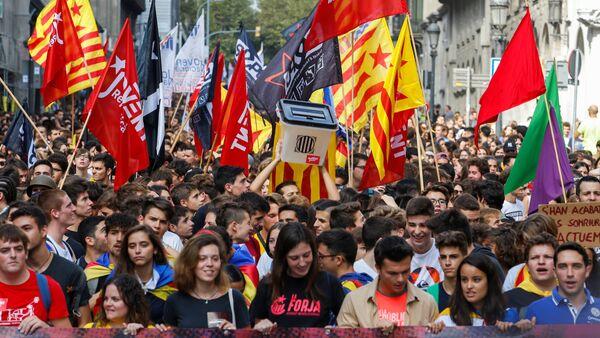 Katalan başkenti Barselona'da bağısızlık referandumunun yıldönümünde yürüyüş düzenleyen öğrenciler, referandumun simgesi oy sandıklarını elden ele dolaştırdı. - Sputnik Türkiye