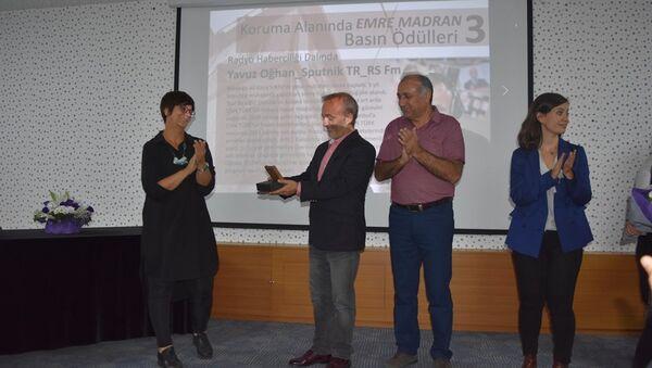 Yavuz Oğhan, Mimarlar Odası Ankara Şubesi'nin düzenlediği 3.Emre Madran Basın Ödülleri töreninde - Sputnik Türkiye