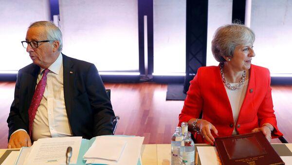 Salzburg'daki gayriresmi AB zirvesinde Avrupa Komisyonu Başkanı Jean-Claude Juncker ile İngiltere Başbakanı Theresa May - Sputnik Türkiye