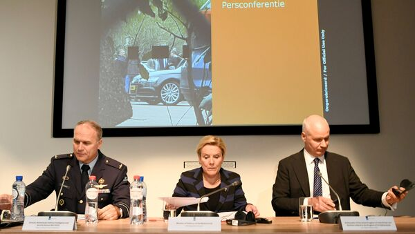 Hollanda Savunma Bakanı Ank Bijleveld, Genel İstihbarat ve Güvenlik Servisi Direktörü General Onno Eichelsheim ve İngiltere'nin Hollanda Büyükelçisi Peter Wilson - Sputnik Türkiye