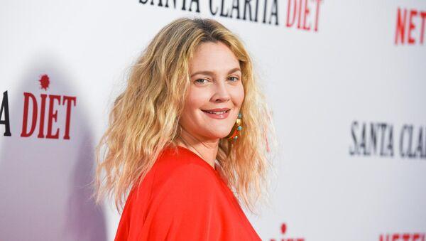 Drew Barrymore, rol aldığı Netflix'in korku-komedi dizisi 'Santa Clarita Diet'ın 2. sezon prömiyerinde - Sputnik Türkiye