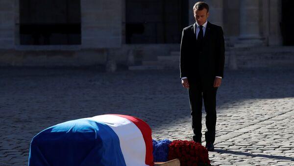 Resmi ulusal cenaze törenine evsahipliği yapan Cumhurbaşkanı Emmanuel Macron, Charles Aznavour'un tabutu başında saygı duurşunda bulundu. - Sputnik Türkiye