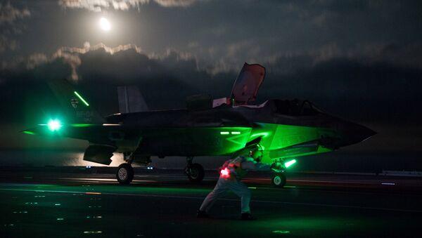 29 eylül 2018'de F-35 Lightning jetleri, İngiltere'nin en büyük savaş gemisi HMS Queen Elizabeth'den ilk gece uçuşu denemelerine başladı. - Sputnik Türkiye