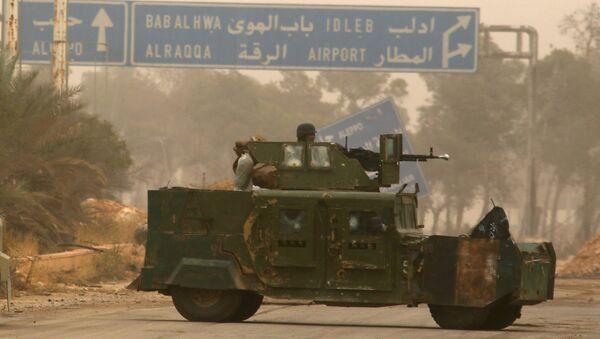 Cihatçılar Halep'in batısındaki Dahiyat el Esad'da askeri araçla manevra yaparken - Sputnik Türkiye