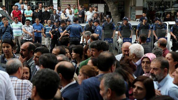 Diyarbakır'da HDP'den gözaltı protestosu - Sputnik Türkiye