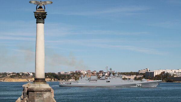 Rusya'nın Karadeniz filosundan güdümlü füze fırkateyni Amiral Makarov, Kırım'ın Sivastopol Körfezi'ne giriş yaparken - Sputnik Türkiye