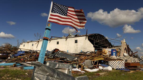 Michael Kasırgası'nın yıkıp geçtiği Florida'daki Panama City'de geriye sadece Amerikan bayrağı ayakta kaldı. - Sputnik Türkiye