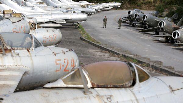 Arnavutluk'un Kuçova hava üssünde 13 yıl önce emekli edilmiş onlarca MiG savaş uçağı yatıyor. - Sputnik Türkiye