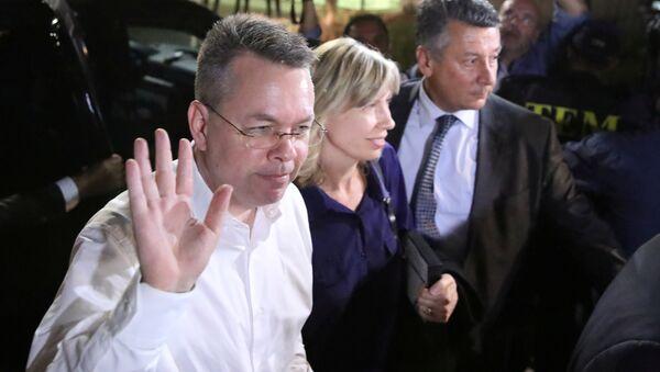 U.S. pastor Andrew Brunson and his wife Norrine arrive at the airport in Izmir - Sputnik Türkiye