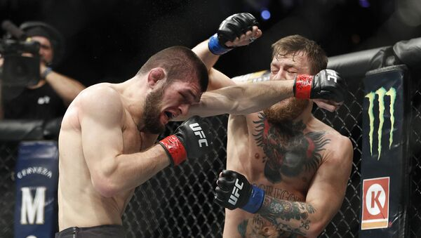 İrlandalı Conor McGregor ve Dağıstanlı Khabib Nurmagomedov'u karşı karşıya getiren UFC hafif sıklet unvan maç. - Sputnik Türkiye