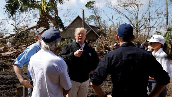 Küresel ısınmaya insan faaliyetlerinin neden olduğuna şüpheyle yaklaşan Donald Trump, Michael Kasırgası'nın yerle yeksan ettiği Florida sahillerinde afetzedelerle buluştu. - Sputnik Türkiye