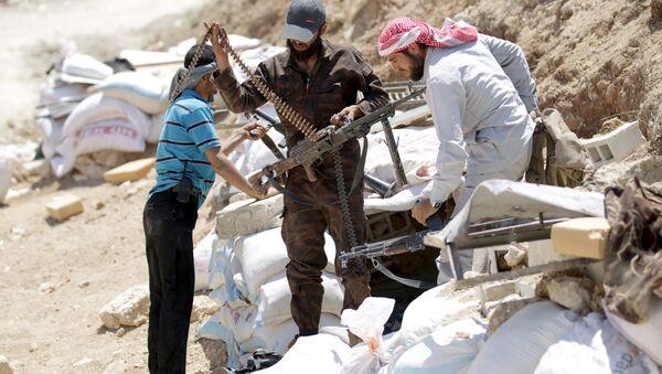 Ahrar'uş Şam militanları, İdlib'in kırsalındaki Cebel Arbein'de silahlarını hazırlarken (Mayıs 2015) - Sputnik Türkiye