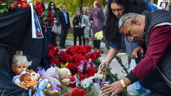 İnsanlar, Kırım'ın Kerç kentindeki saldırının olduğu teknik okula çiçek bırakıyor - Sputnik Türkiye