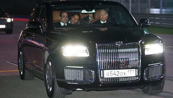 Putin ile Sisi, Rus üretimi Aurus marka yeni otomobilde - Sputnik Türkiye
