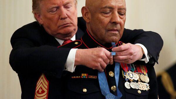 Donald Trump, Deniz Piyadeleri'nden emekli  kıdemli başçavuş John L. Canley'ye ABD Kongresi adına Başkan tarafından verilen Onur Madalyasını taktı. - Sputnik Türkiye