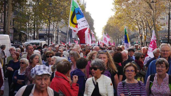 Fransa'da 9 sendika ve 6 derneğin çağrısıyla binlerce emekli, ülke genelinde protesto yürüyüşü düzenledi - Sputnik Türkiye