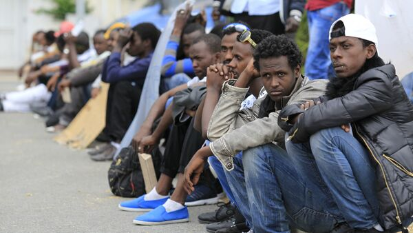 Migrants wait at the border between Italy and France in the city of Vintimiglia on June, 12, 2015 - Sputnik Türkiye