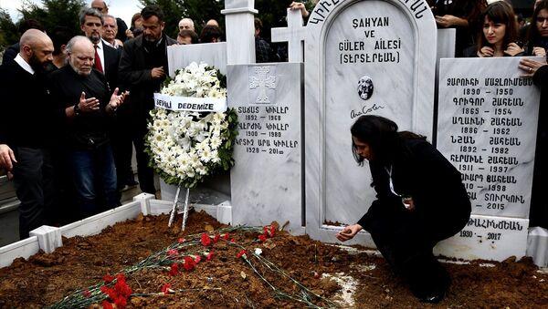 Ara Güler, Şişli Ermeni Mezarlığı'nda toprağa verildi. - Sputnik Türkiye
