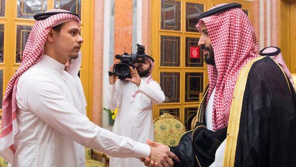 Suikastla ilgili tüm şüphe oklarının yöneldiği Veliaht Prens MbS ile Kaşıkçı'nın oğlu Salah, birbirlerinin gözlerinin içine bakarak el sıkıştı. - Sputnik Türkiye