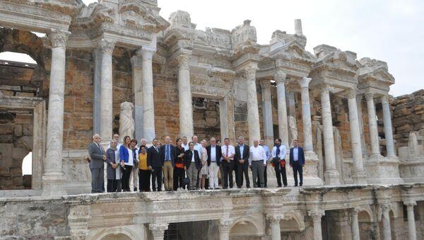 İngiltere Büyükelçisi antik tiyatroda 'İzmir Marşı' okudu - Sputnik Türkiye