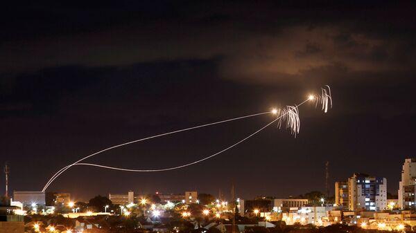 İsrail'in 'Demir Kubbe' hava savunma sistemi, Gazze'den atıldığı ileri sürülen roketlere karşı harekete geçti - Sputnik Türkiye