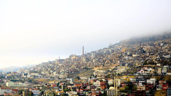 Mardin'de, tarihi evler ve sokaklara çöken sis güzel manzaralar açığa çıkardı. - Sputnik Türkiye