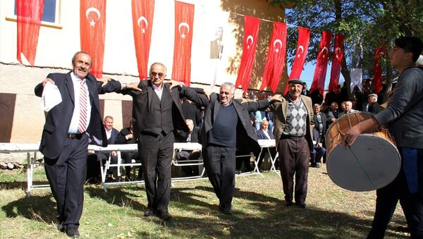 Sivas'ın Suşehri ilçesinde yaklaşık 60 yıldır içme suyu sorunu yaşayan köylüler, köylerine bağlanan suyun sevincini halay çekerek kutladı. - Sputnik Türkiye