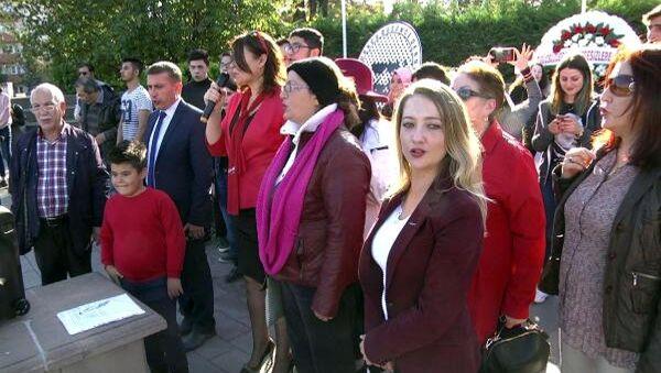Bolu'daki 29 Ekim kutlamasında Cumhuriyet Kadınları Derneği Bolu Şube Başkanı Güllü Yaman tarafından 'Andımız' yanlış okundu. - Sputnik Türkiye