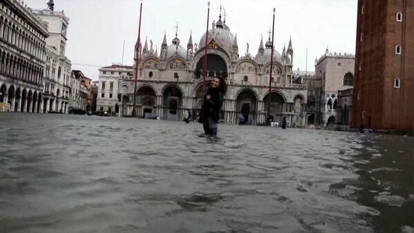 Lastik botlarla turizm: Venedik sular altında kaldı - Sputnik Türkiye