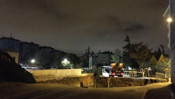 Ümraniye'de metro inşaat sahasının da bulunduğu caddede göçük meydana geldi. - Sputnik Türkiye