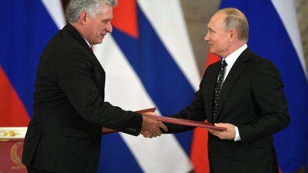Rusya lideri Vladimir Putin- Küba Devlet Başkanı Miguel Diaz-Canel - Sputnik Türkiye