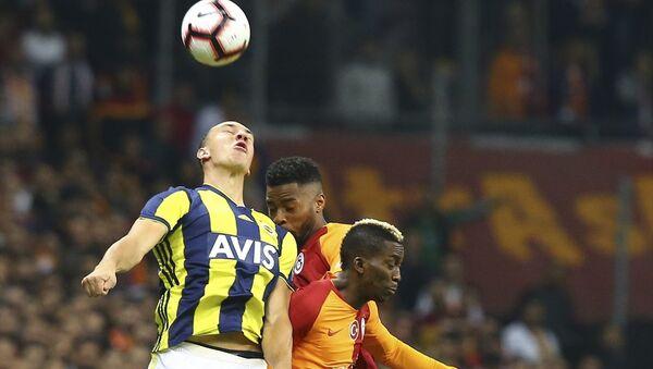 Spor Toto Süper Lig'de Galatasaray ile Fenerbahçe, Türk Telekom Stadı'nda karşı karşıya geldi. Bir pozisyonda Galatasaraylı oyuncu Henry Onyekuru (önde sağda), Fenerbahçeli oyuncu Michael Frey (solda) ile mücadele etti - Sputnik Türkiye