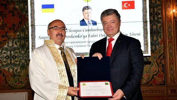 İstanbul Üniversitesinde düzenlenen törende, İÜ Rektörü Prof. Dr. Mahmut Ak (solda) tarafından Ukrayna Cumhurbaşkanı Petro Poroşenko'ya (sağda) fahri doktora ünvanı verildi. - Sputnik Türkiye