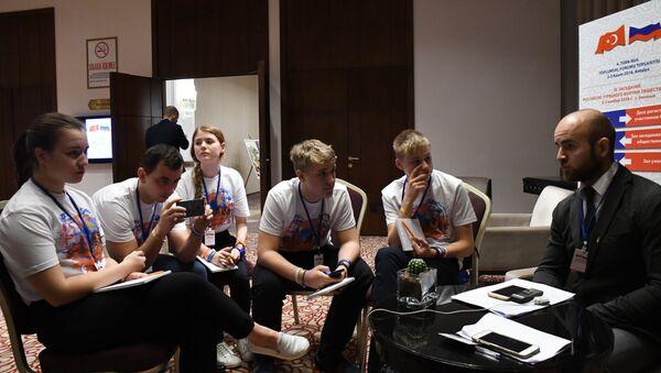 Çocuk basın merkezinde yer alan genç gazeteciler. - Sputnik Türkiye