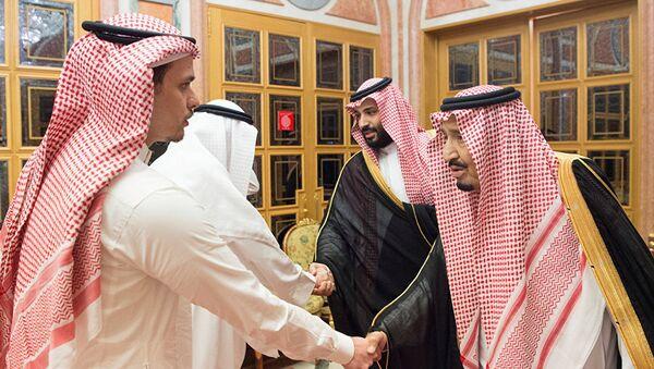Kaşıkçı'nın iki oğlundan Salah, bir akrabalarıyla birlikte Suudi Kralı ve Veliaht Prensi tarafından kabul edilirken - Sputnik Türkiye