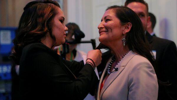 New Mexico, Albuquerque'den milletvekili seçilen yerli kadın siyasetçi Deb Haaland'ın kutlamalar sırasında dağılan saçlarını kızı Somah düzeltti. - Sputnik Türkiye