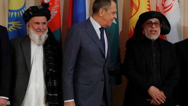 Afganistan Yüksek Barış Konseyi Başkan Yardımcısı Din Mohammad Aziz, Rusya Dışişleri Bakanı Sergey Lavrov ve Taliban'ın Katar'daki siyasi ofisi temsilcisi Şir Muhammed Abbas Stanikzay - Sputnik Türkiye