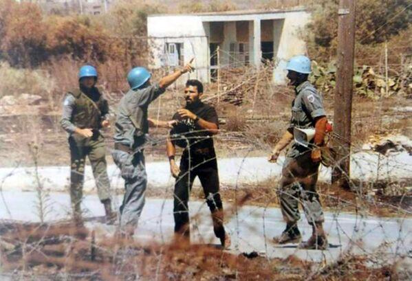Rum eylemci Solomos Solumu, 1996 yılında Kuzey Kıbrıs tarafına doğru sınırı delmeye çalışmış, bölgedeki askerlerin uyarılarını dinlememisti. Sınırdaki Türk bayrağını indirmeye çalışan Solumu, vurularak öldürülmüştü. - Sputnik Türkiye