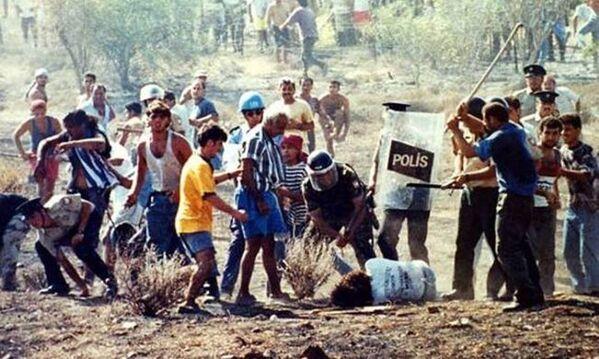 1996'da sınırı geçmeye çalışan Tasos Isak adındaki Rum da arbedede ölmüştü. - Sputnik Türkiye