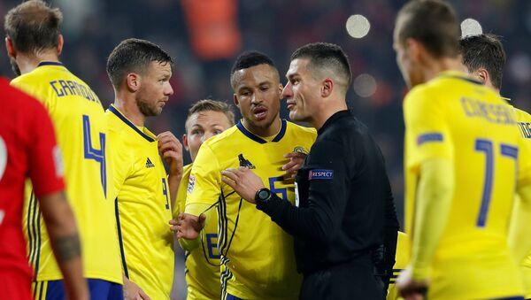 Türkiye-İsveç maçında, hakem Istvan Kovacs, İsveçli futbolcular Marcus Berg ve Martin Olsson ile konuşurken - Sputnik Türkiye