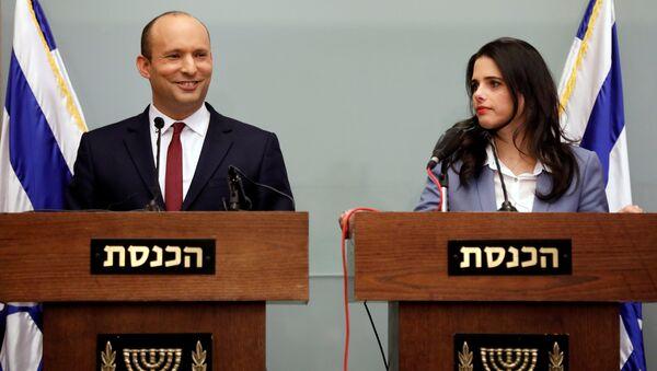 Naftali Bennett ile Ayelet Şaked, Knesset'te basın toplantısı düzenledi. - Sputnik Türkiye