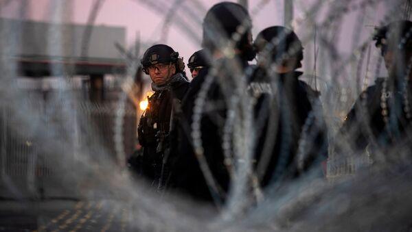 ABD askerleri Meksika sınırına dikenli tel çekti. - Sputnik Türkiye
